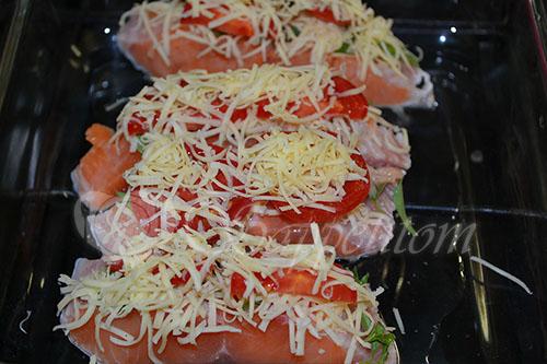 Лосось с помидорами, сыром и базиликом #шаг 3