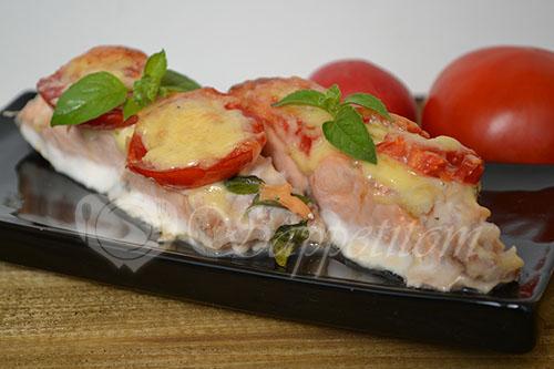 Лосось с помидорами, сыром и базиликом #шаг 4