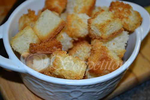 Гороховый суп-пюре с копченостями и чесночными сухариками #шаг 7