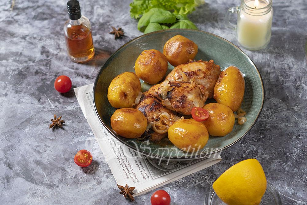 Курица с картошкой на сковороде