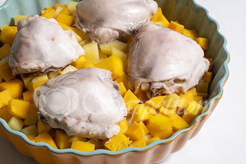 Курица запеченная с тыквой и картошкой #шаг 4