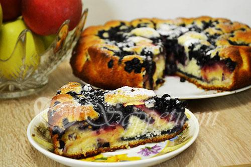 Пирог с яблоками и черникой
