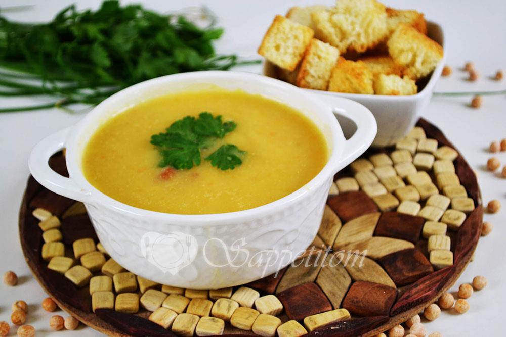 Гороховый суп-пюре с копченостями и чесночными сухариками