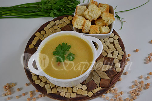 Гороховый суп-пюре с копченостями и чесночными сухариками #шаг 12