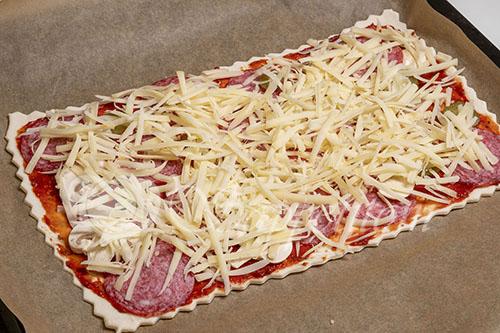 Пицца из слоеного теста #шаг 7