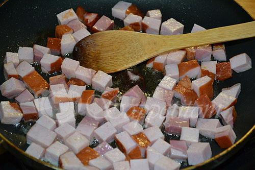 Гороховый суп-пюре с копченостями и чесночными сухариками #шаг 4