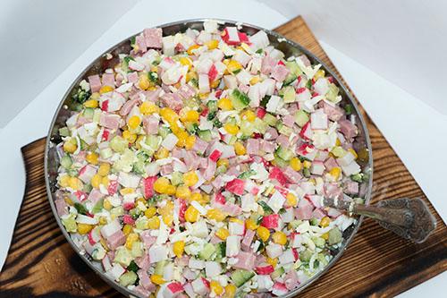 Салат с крабовыми палочками, кукурузой и огурцом #шаг 7