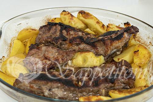 Свиные ребра целиком в духовке с картошкой #шаг 5