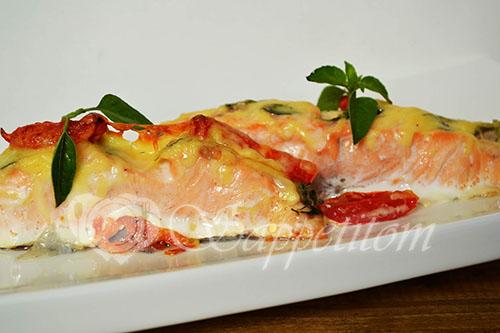 Лосось с помидорами, сыром и базиликом
